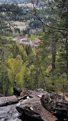 Fra Hagerup-fossen på toppen av Bjørnholtlia med Aas Gård i bakgrunnen.