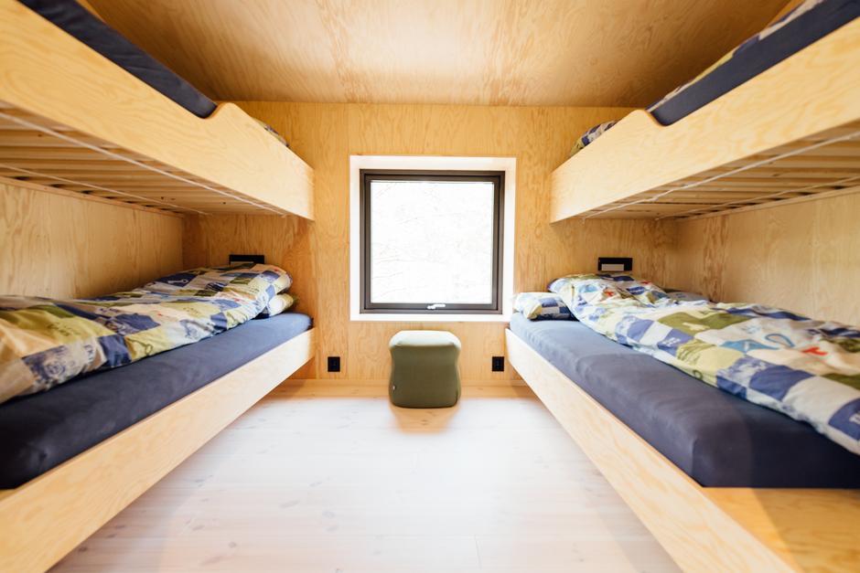 Det er fire soverom i 2. etasje. Alle rom har fire senger, hvor den ene senga nede er dobbelseng.