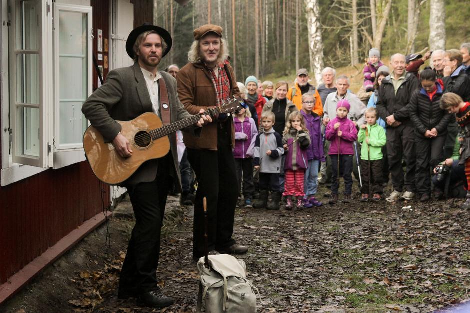 Grove Horn holdt en energisk minikonsert til stor glede for de frammøtte.