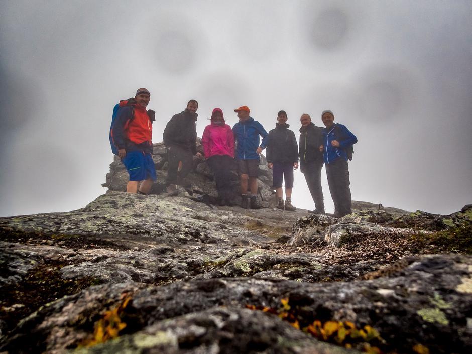 Turfølge på sju i tåkehavet på toppen av Saksa (Blåfjellet). 902 moh. Fra venstre: Roar Halten, Roar Larsen, Grethe Johnsen, Jens Halten, Martin Zschoch, Tore Halse og Kåre Reiten.