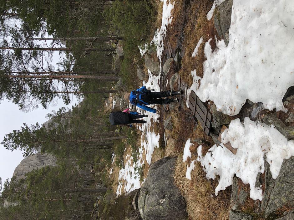 Lite snø på stien opp til Skåpet. Bildet er tatt 1 mars.