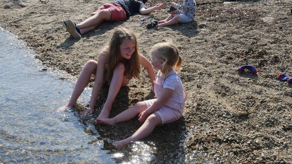 De små barna får nye helter i de større barna. Her passer Elise godt på lille Sophia.