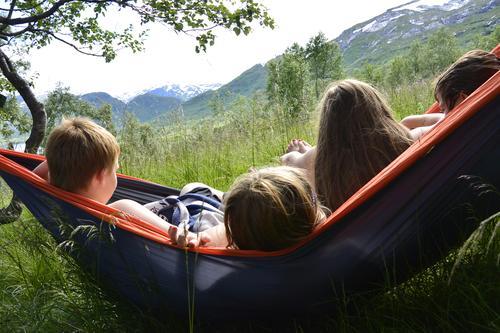 Etter ett kaldt bad i bekken ved DNT hytten Solrenningen er det godt å sitte i hengekøyen i solen.