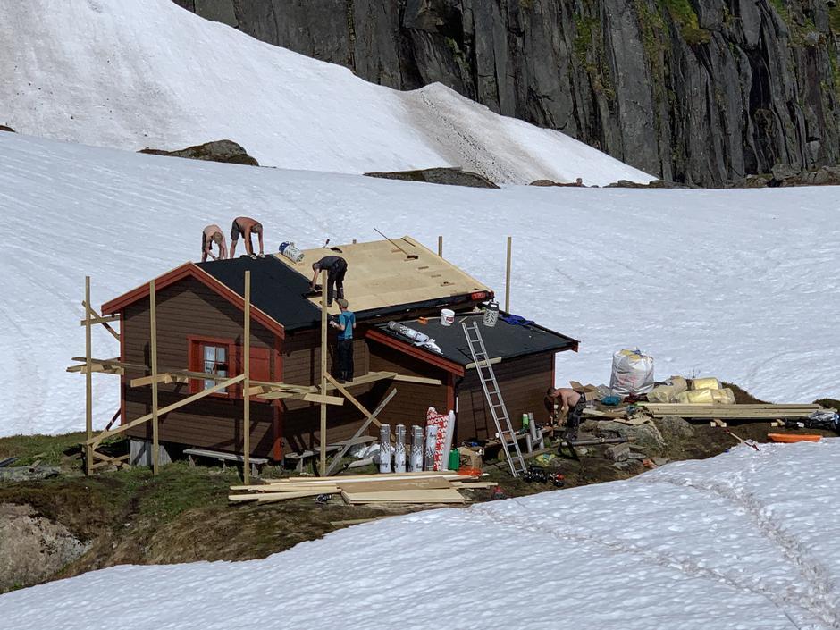 Nytt tak på Lille Trollfjordhytta juni 2020