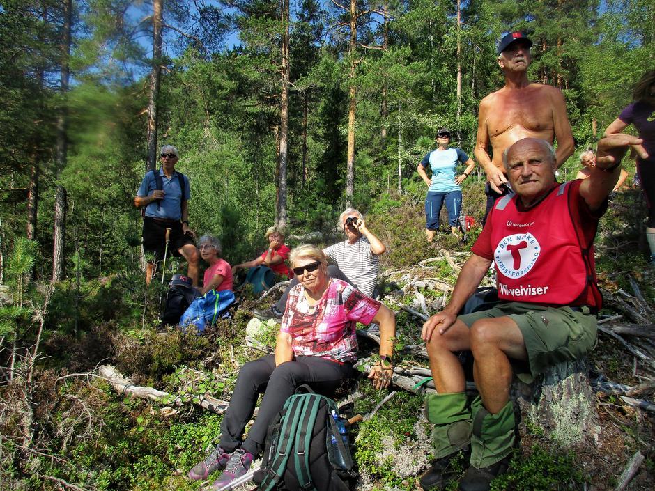 Turleder Erik Monserud peker og forteller.