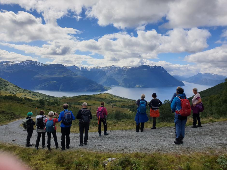 Vi nyt utsikta ned mot Lotsstøylen, fjell og fjordar