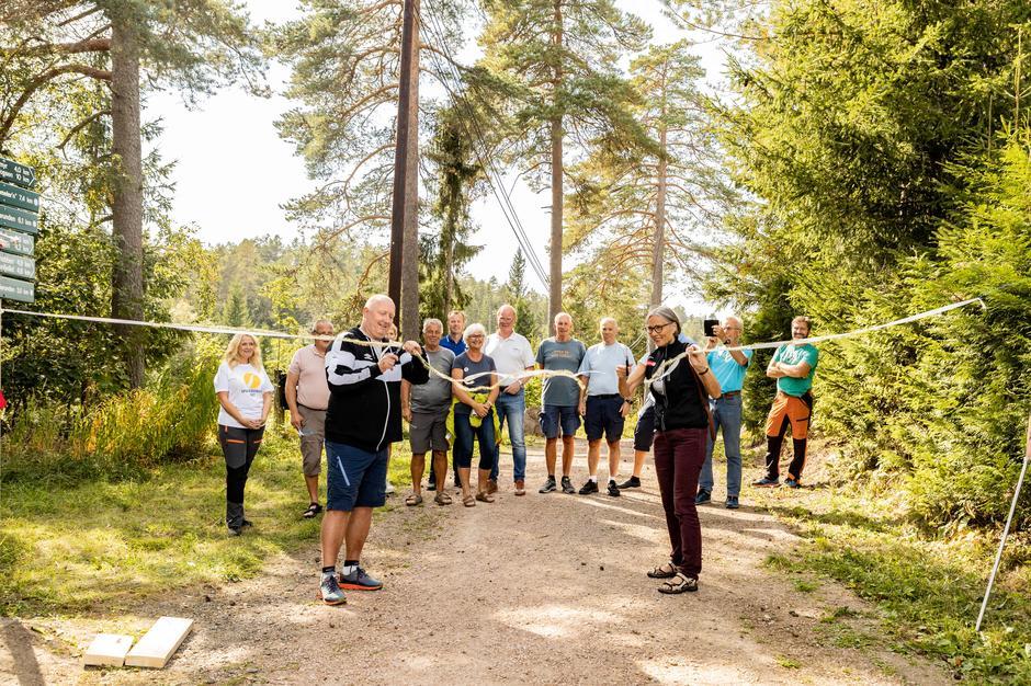Daglig leder i MIF, Svein Erik Gevelt, og Linda Verde, styreleder i DNT Drammen og Omegn, klippet båndet og erklærte prosjektet for åpnet.