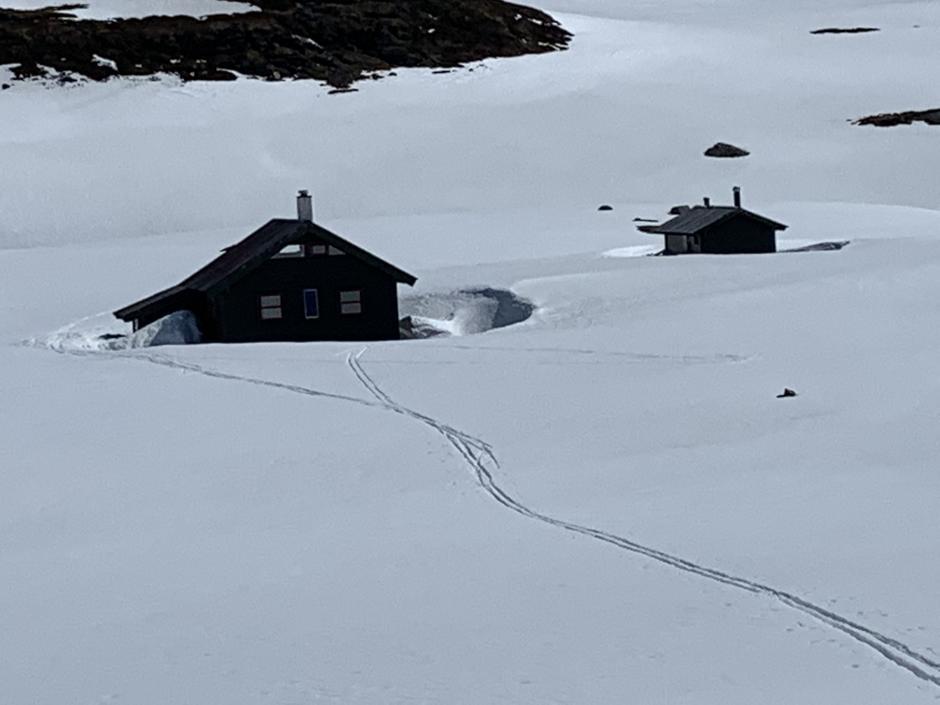 Første del av turen til Melands Grønahei er på barmark. Men etter halve distansen er det på med ski. Forsatt mye snø rundt hytta.
