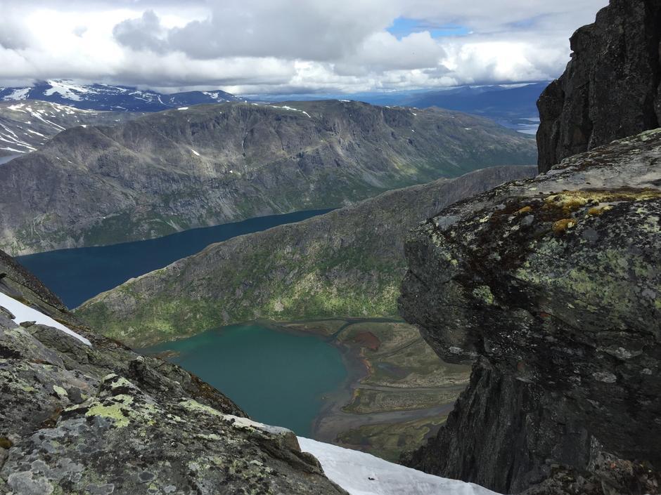 På Bukkehåmåren, 800 meter stup ned mot Øvre Leirungen. Bak er Knutshøe, Gjende og Veslefjellet