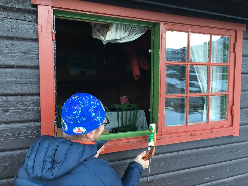 Per Børge Flemsæter improviserer tetting av vinduer på Tjønnebu