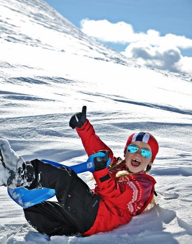 Man må feire med aking når man har nådd toppen på ski en super vinterdag i Trysil