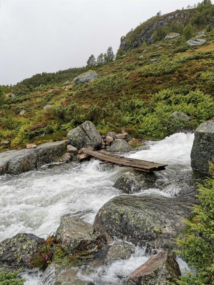 Høy vannstand på én av bekkene langs stien fra Sandsaosen til Sandsa-hytta. Ved store nedbørsmengder kan det være enklere å vade helt nede ved vannet