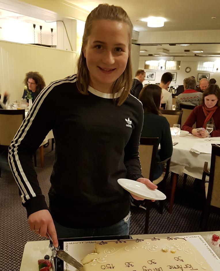 Me hadde mykje å feire og her forsyner nyvald leiar DNT Ungutval Kristine Tonning seg av jubileumskaka.