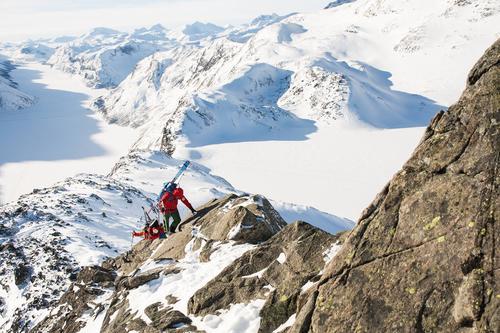 På turen opp selve eggen, fester vi skiene på sekken. Bruk sekk med skifester på sidene eller diagonalfeste.