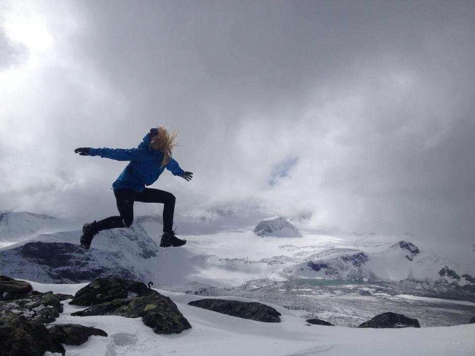 Hoppende glad på  Ryggjehøe (2.142 moh) en tidlig sommer.