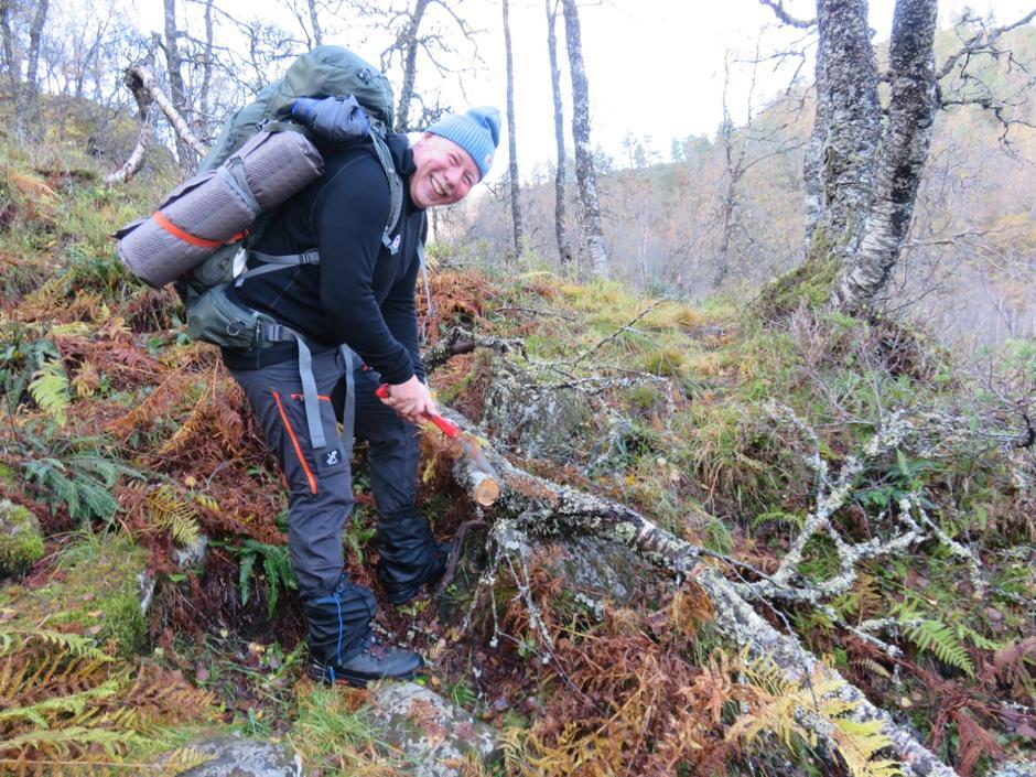 Kjell  Ove rydder stien då det dukka opp rusk og greiner.