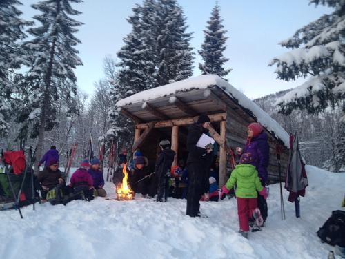 Flere fra Barnas Turlag på tur til gapahuken ved Lysvannet 17. januar 2016.