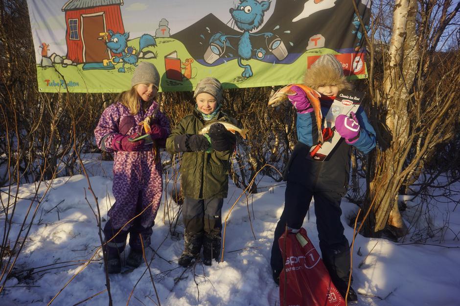 Vinnerne av isfiskekonkurransen: f.v: Alma-310g, Benjamin-330g og på 1.plass, Adriana-920g.