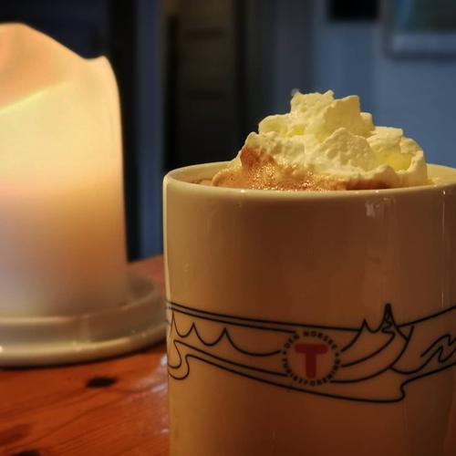 Kaldt ute? Godt med en kopp varm sjokolade med krem...