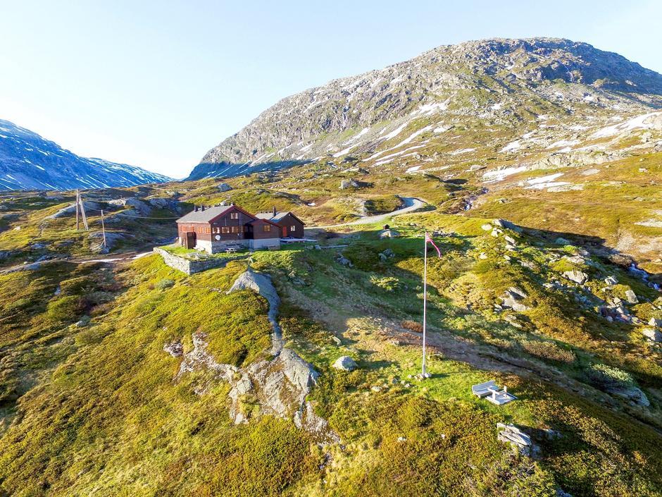 Dette er den første etappen på langruta Massiv. Den kan gjøres lettere ved å velge breføring over Fortundalsbreen i stedet for å følge stien langs Illvatnet.