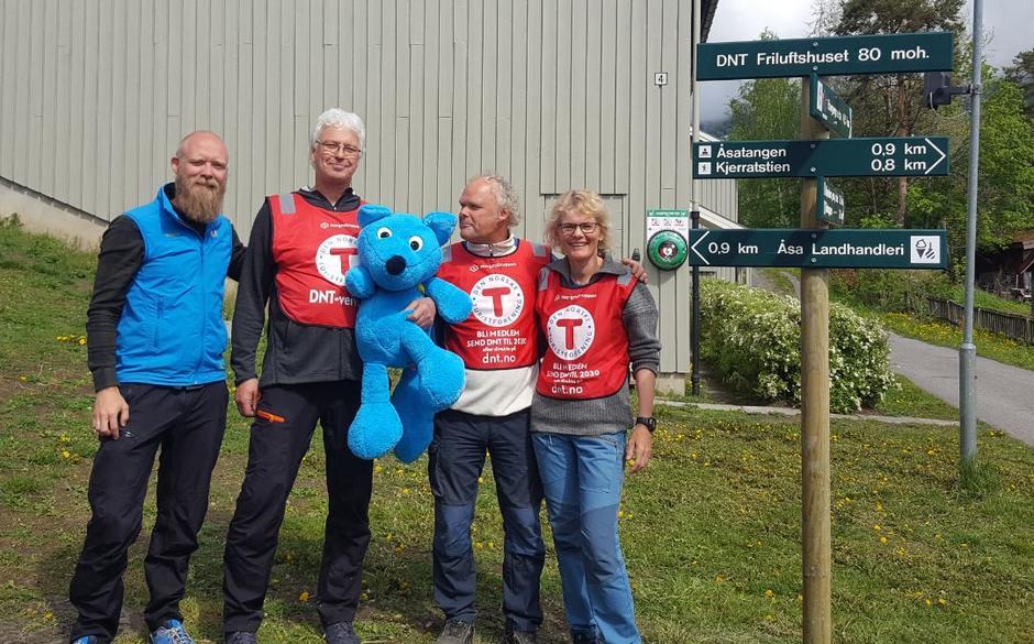 Tom-Erik Bakkely Aasheim, Erik Tajet Stensbye og Svein Roger Thorsrud, sammen med DNT Ringerikes daglige leder Vibeke Tjøm.