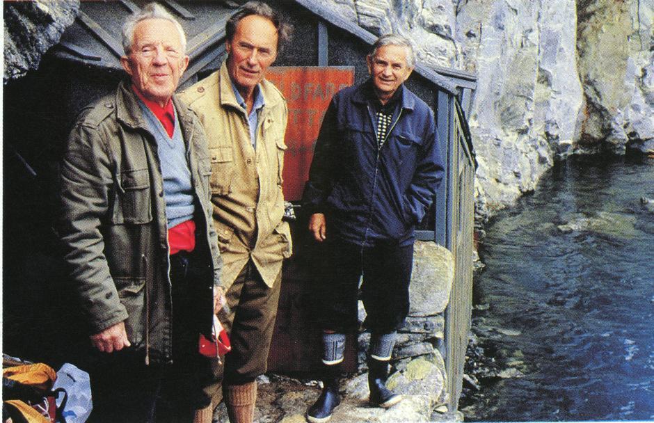 Birger Strømsheim, Joachim Rønneberg og Ola Aarsæther ved Fieldfarehytta.