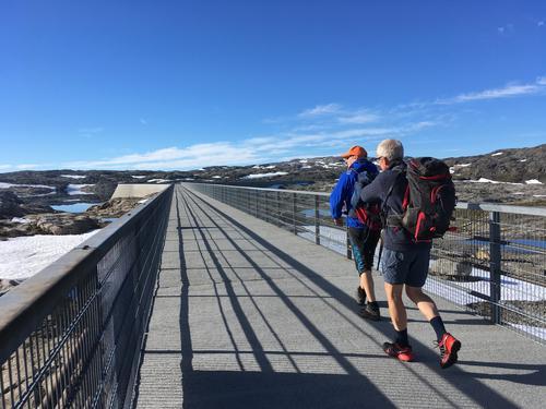 Turen over den 1 km lange betongdammen Førrevassdammen er ei flott oppleving i seg sjølv