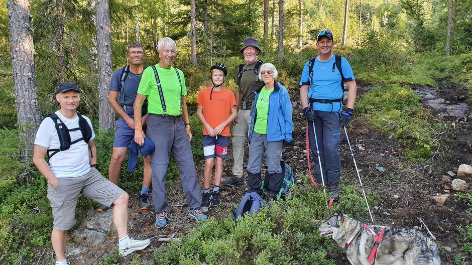 Gruppa klar til tur, med turleder Tommy Støa til venstre.