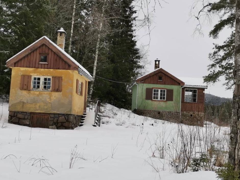Vi passerer de to små rare hyttene ved Skåltjern.