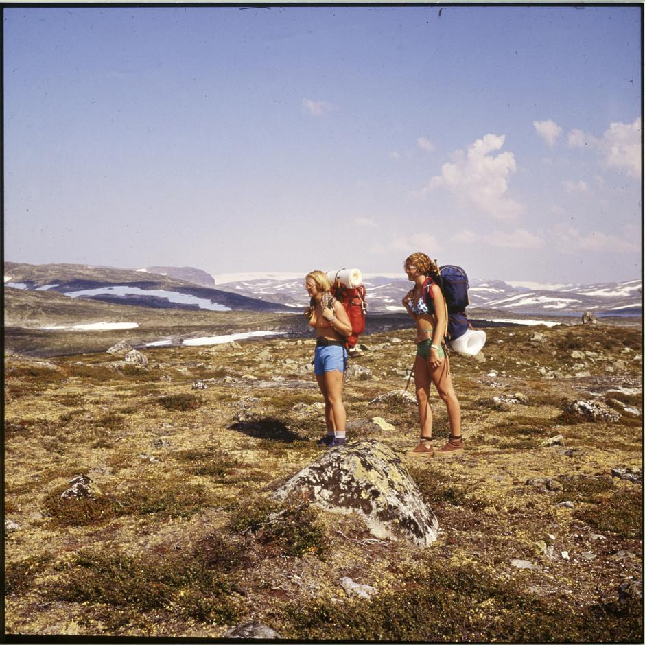 På 1970-tallet kunne kvinner kle av seg på solvarme sommerdager, og gå i fjellet i bare bikini.