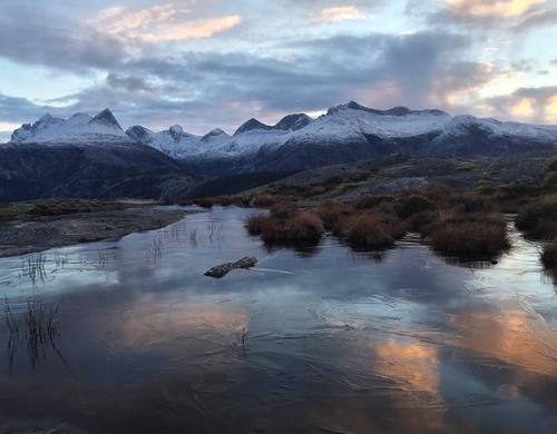 Fra Rismållia, Tuv, Saltstraumen. Skyene speiler seg i isen mens Børvasstindan troner i bakgrunnen