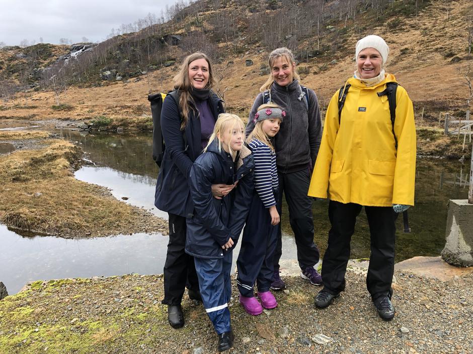 PROTESTERER: Berit, Henrikke og Hege sammen med barna Åsta og Lotte vil ikke ha vindturbiner i Stølsheimen.