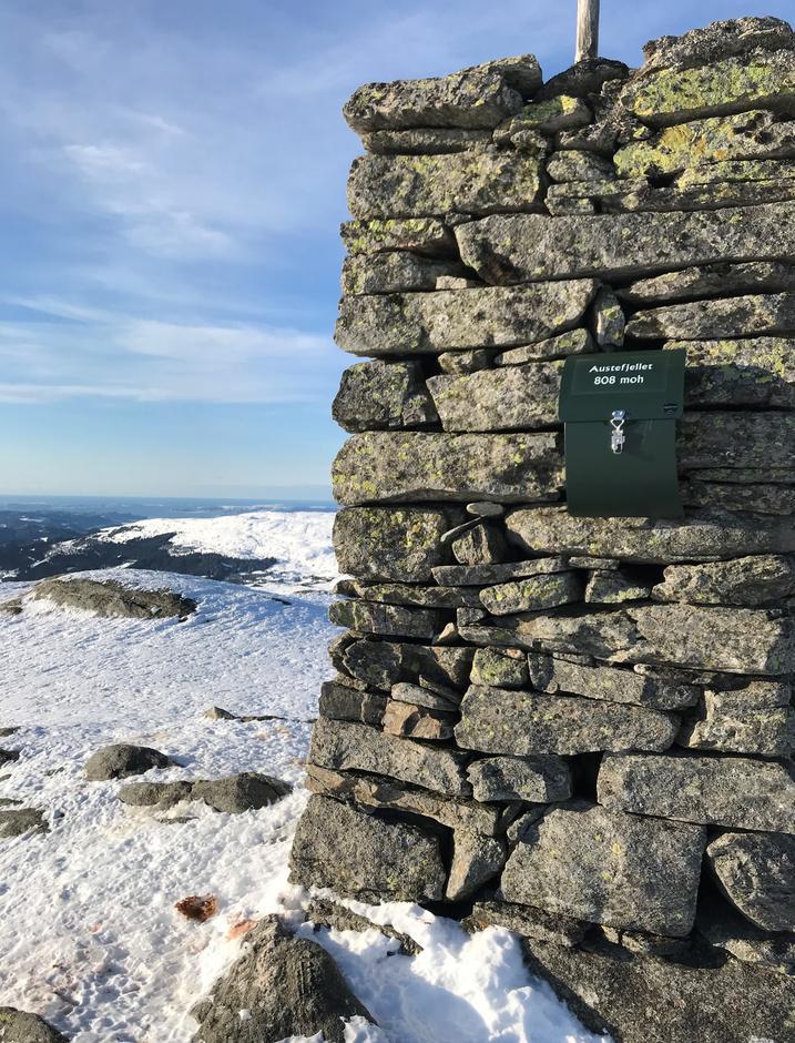 Tirsdag 9.2: Varde på Austefjellet (808 moh). Utsikt sørover.