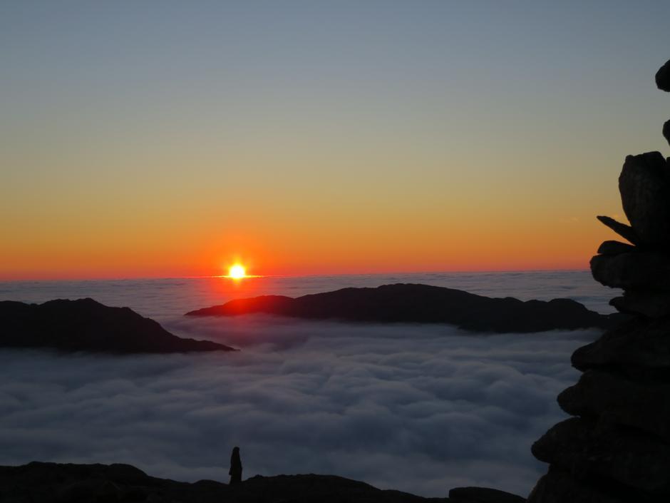 HEIAHORN: Fargerik solnedgang fra Heiahorn på en flott høstkveld, der lavlandet ligger godt skjult i skoddeheimen.