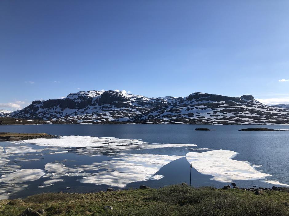 Isen på Ståvatn er nå helt borte med unntak av noen få isflak som seiler med vinden mellom øst og vest