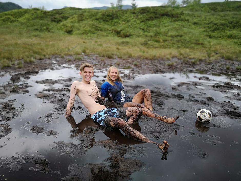 Gjørmefotball er gøy! Her spiller datteren til bruden, Synne Reinertsen, gjørmefotball sammen med søskenbarnet sitt Torkel Berland Reinertsen.