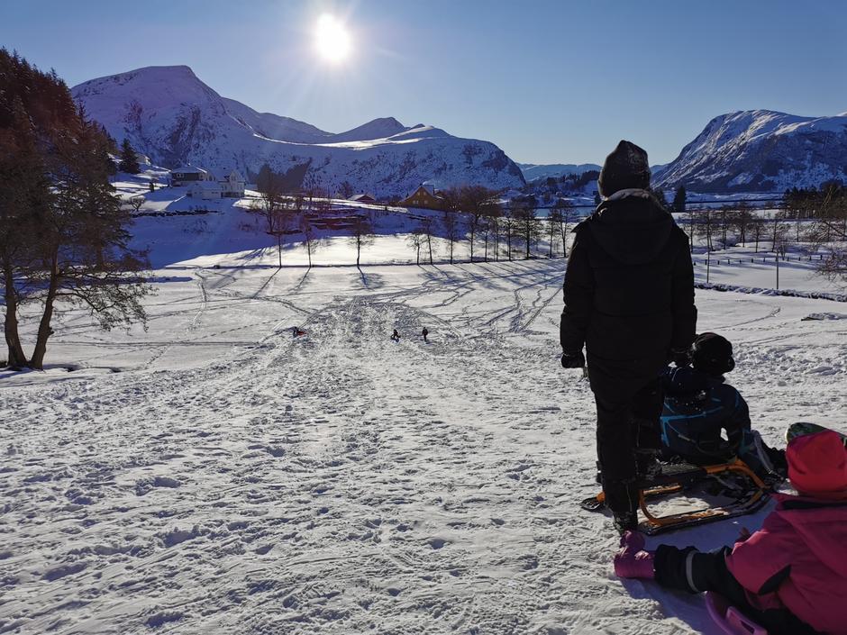 Barnas Turlag Selje hadde ski og akedag i Låna. 17 barn og 11 voksne kom. Sola skein og ungane hylte nedover den flotte bakken. Ein herleg dag👍