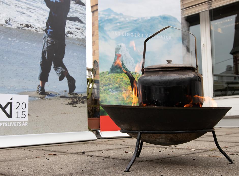 Under feiringen ble det kokt kaffe på bål med vann Terje Breivik (V) hentet fra Ørredalsfossen.