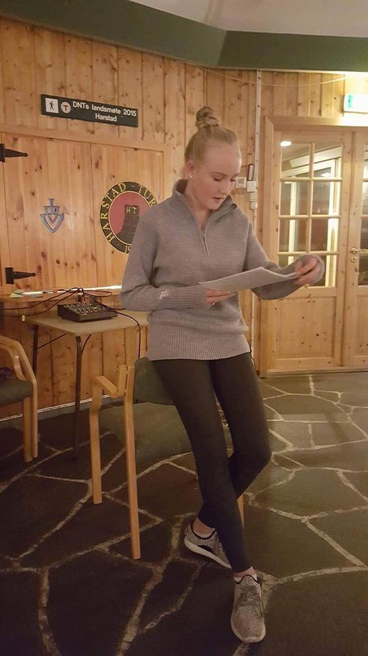 Leder av DNT ung Harstad, Kjersti Gürgens Gjærum, informerer om DNT.
