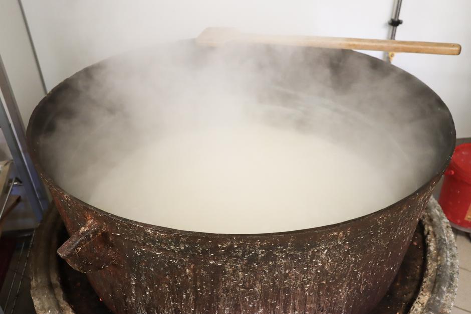 Dagsfersk geitemelk kokes om til myse for å bli til ost
