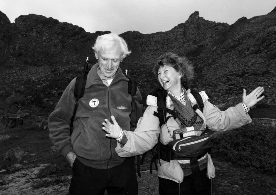 GODE TURVENNER: Claus Helberg var dronning Sonjas faste følgesvenn på fjellturer i mange år. Her er de i Lofoten i 1989.