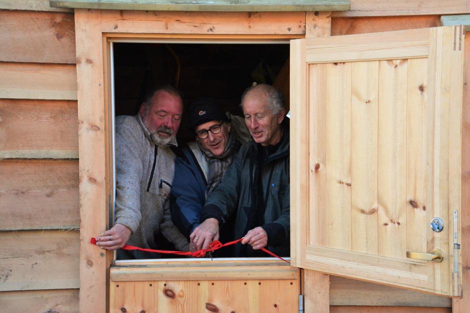 Prosjektleiar Jarle Hjartaaker, givar Paul Christian Rieber og styreleiar Richard Jacobsen klypper snora!
