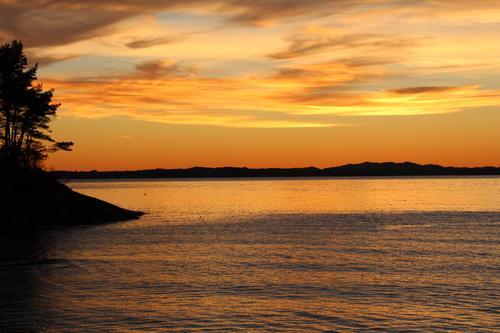 Jeg er på jobb på Tittelsnes Fort i Hordaland. Bildet er tatt rett vest med Bømlo som en tynn linje i det fjerne.