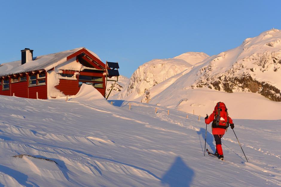 Ta en tur til Langavatn i påsken. En av våre mange hytter med kvisteløype helt fram til døra, stort proviantrom og hyggelig påskevertskap