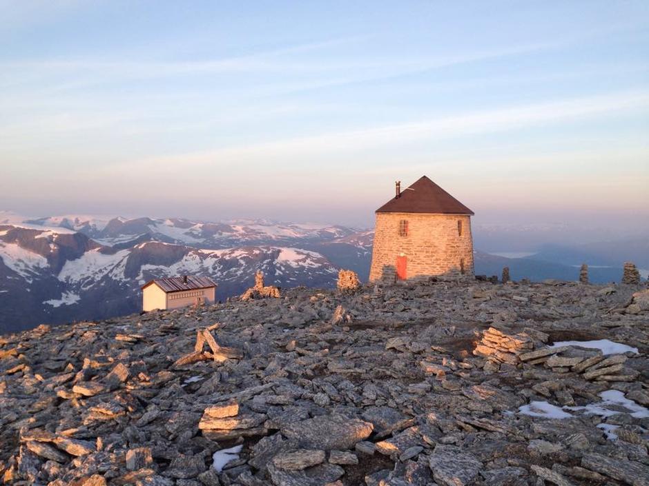 Skålatårnet. Sikringshytten du ser til venstre er revet og ny turisthytte er under bygging for å avlaste Skålatårnet.