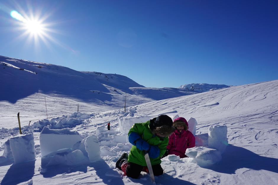 Snøhuletur med barn.