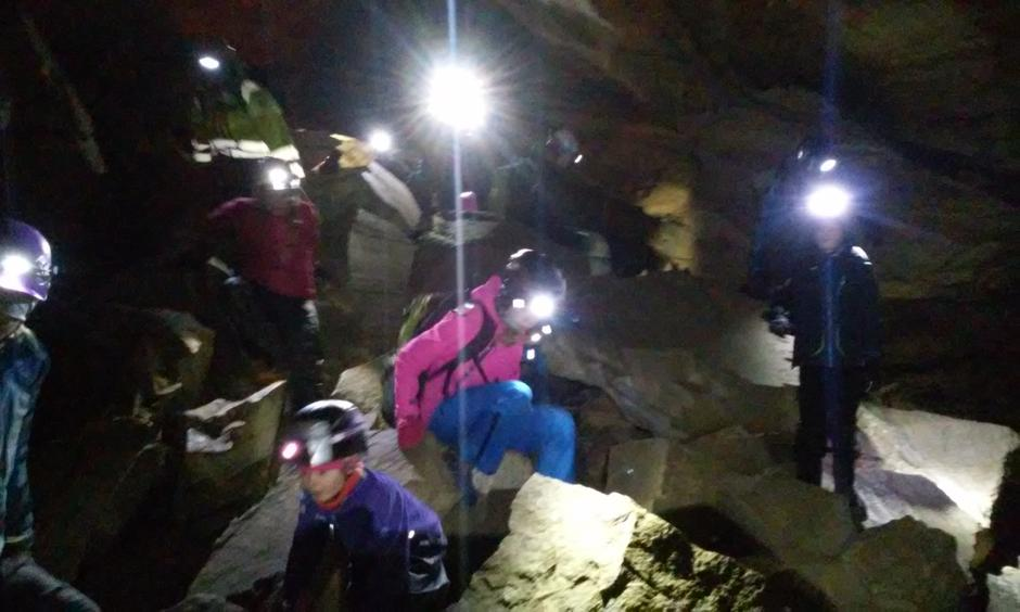 Grottetur er spennende for både små og store.