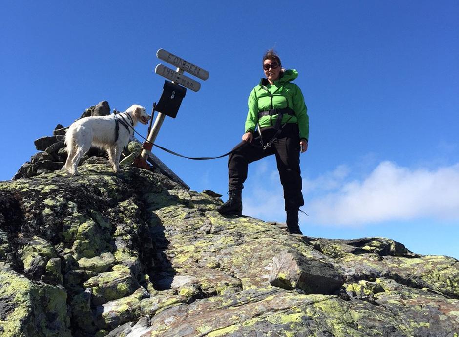 Lajla Solem og Chilli på Fongen, den høyeste fjelltoppen i Selbu.