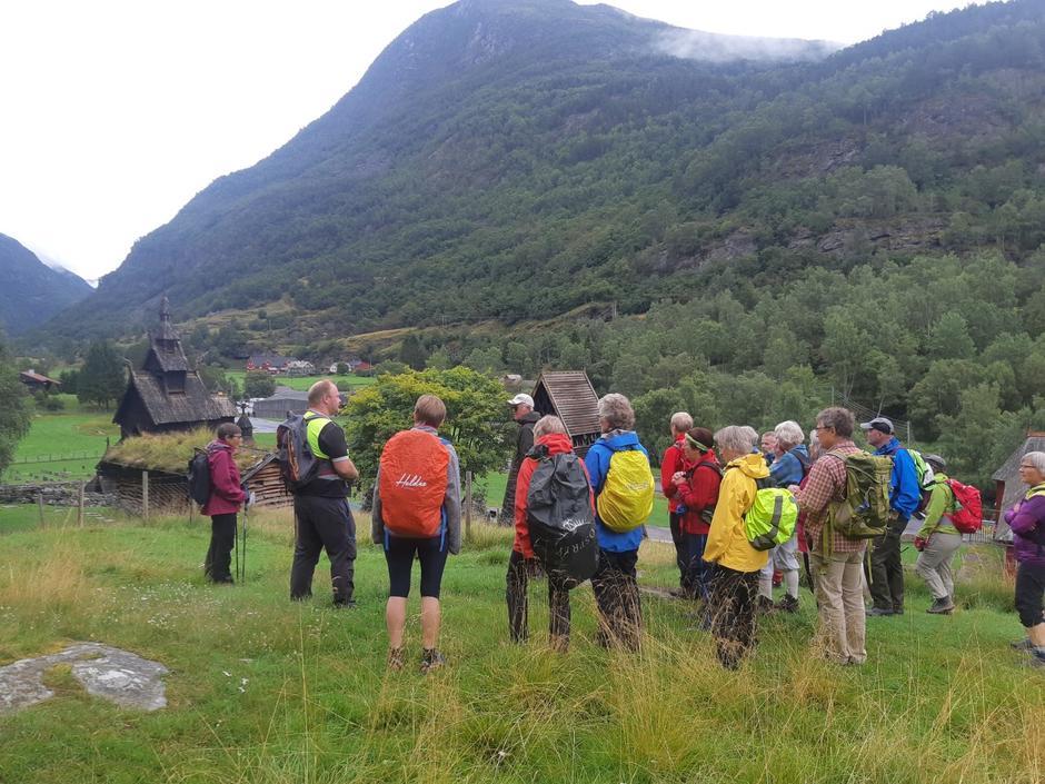 Odd Helge Brugrand orienterer før turstart ved Borgund stavkyrkje søndag.