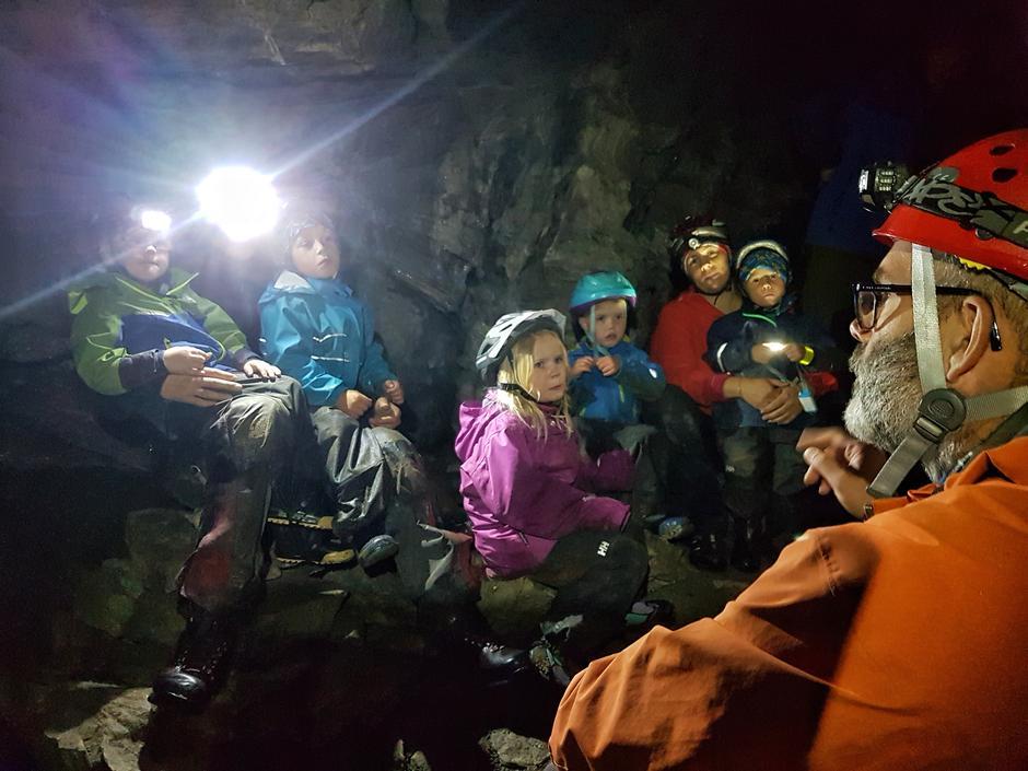 Frode forteller om hvorfor ikke øyene venner seg til mørket i grotta.